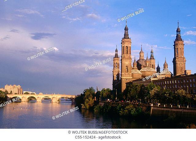 Basilica 'El Pilar' and stone bridge over Ebro River. Zaragoza. Aragon, Spain
