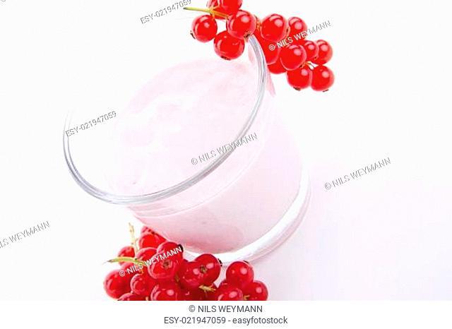 frischer johannisbeer joghurt shake in einem Glas isoliert auf w