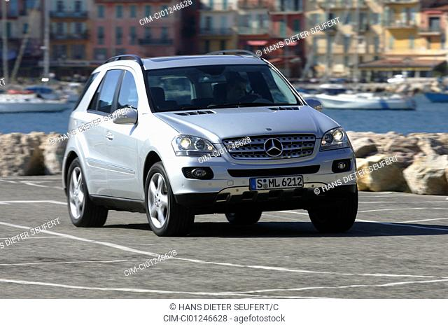 Car, Mercedes ML 500, model year 2005-, silver, cross country vehicle, driving, diagonal from the front, frontal view, City
