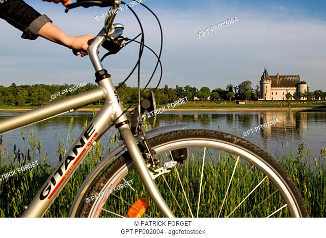 CYCLIST ON THE 'LOIRE A VELO' CYCLING ITINERARY IN FRONT OF THE CHATEAU OF SULLY-SUR-LOIRE, SAINT-PERE-SUR-LOIRE, LOIRET 45, FRANCE