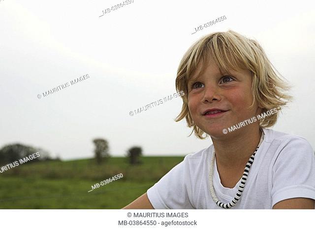 Garden, boy, blond, smiles, portrait, series, people, child, 5 years, necklace, joy, enjoyments, fun, pleasantry, childhood freely, naturalness, summers