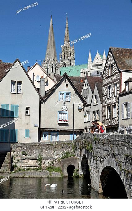 FAMILY ON THE PONT BOUJU BRIDGE OVER THE EURE RIVER WITH THE CATHEDRAL IN THE BACKGROUND, OLD TOWN OF CHARTRES, EURE-ET-LOIR 28, FRANCE
