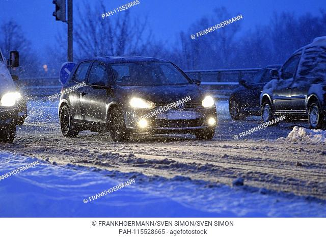 Snow chaos on the streets of Bavaria - as here in Munich Riem, the commuter traffic, commuters on snow-slippery streets quaelt