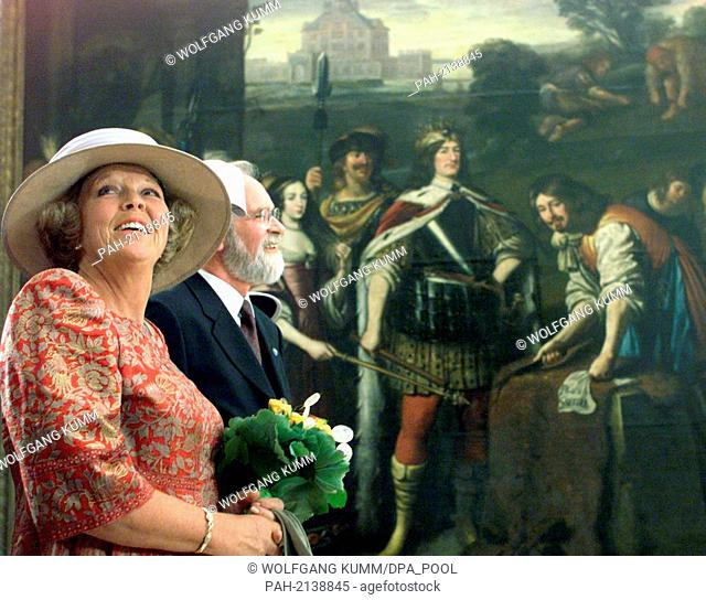 The Dutch queen Beatrix and the director of the Prussian Palaces and Garden Foundation, Peter Giersberg, stand in front of a 17th century oil painting depicting...