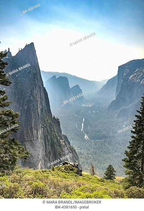 View of Yosemite Valley, Four Mile Trail, Taft Point, El Capitan, Yosemite National Park, California, USA
