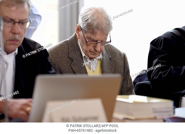 Former Auschwitz guard Reinhold Hanning (C) waits for the start of his trial at court in Detmold, western Germany, on February 11, 2016