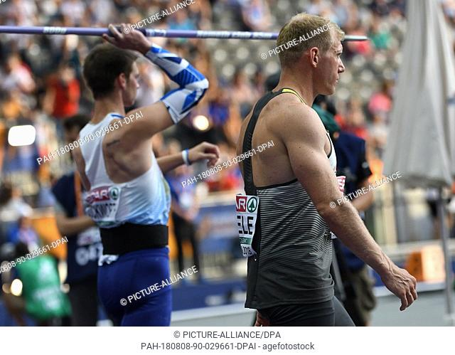 08 August 2018, Germany, Berlin: Athletics, European Championships in the Olympic Stadium: Decathlon, javelin, men, Tim Duckworth from Great Britain (L) next to...