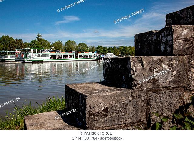 CRUISE BOAT IN FRONT OF THE MARINA OF BRIARE, CANAL RUNNING ALONGSIDE THE LOIRE, LOIRET 45, FRANCE