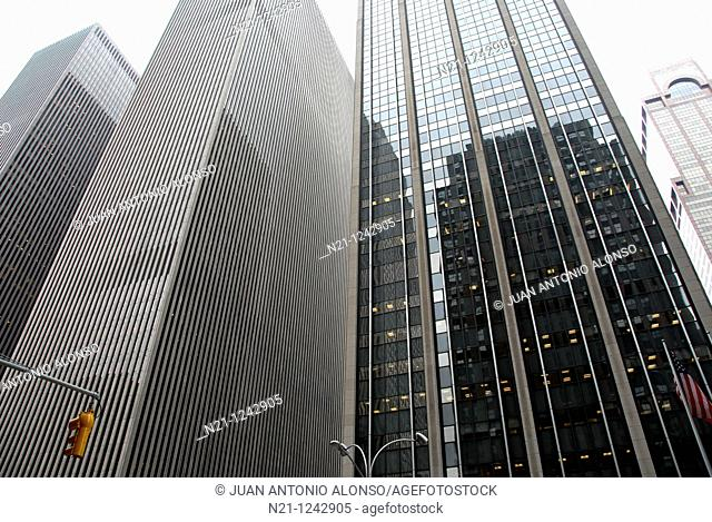 The so-called Y and X  buildings and the Time & Life Building –on the right- on Avenue of the Americas (6th Avenue). The first is the McGraw Hill Building and...