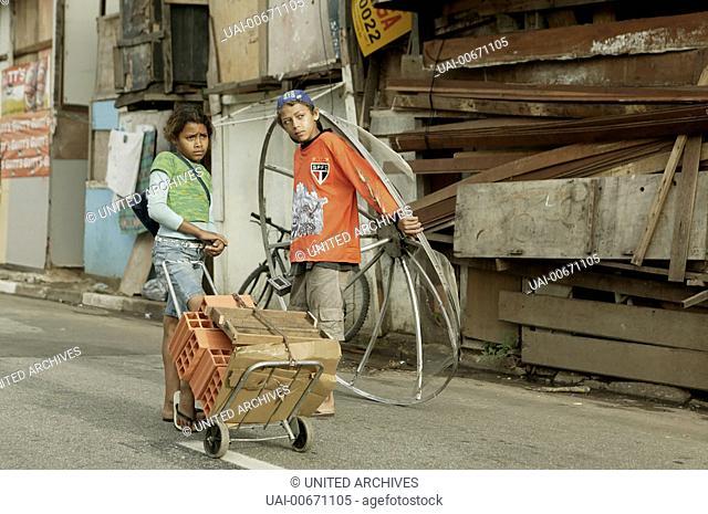 ALLE KINDER DIESER WELT All the Invisible Children Italy 2005 Short Film: 'Bilu and Joao', Director Katie Lund, Scene with Bilu (VERA FERNANDES) and Joao...