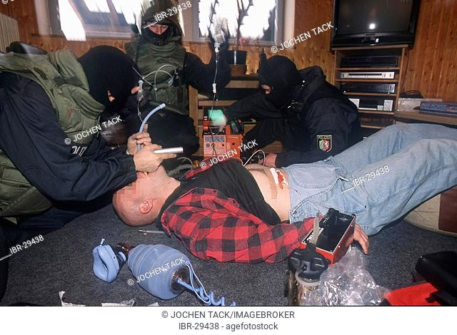 DEU, Germany: First aid by special trained police officers, often under fire. Police SWAT Team, for arresting armed and dangerous criminals