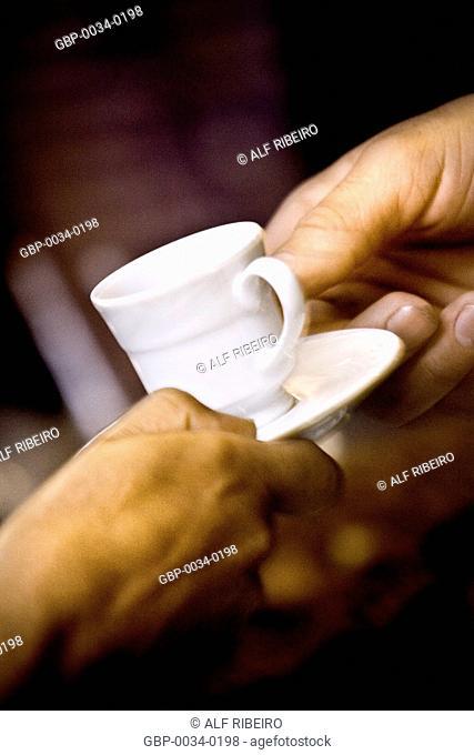 Garçom servindo café para o cliente; evento; São Paulo; SP; Brasil