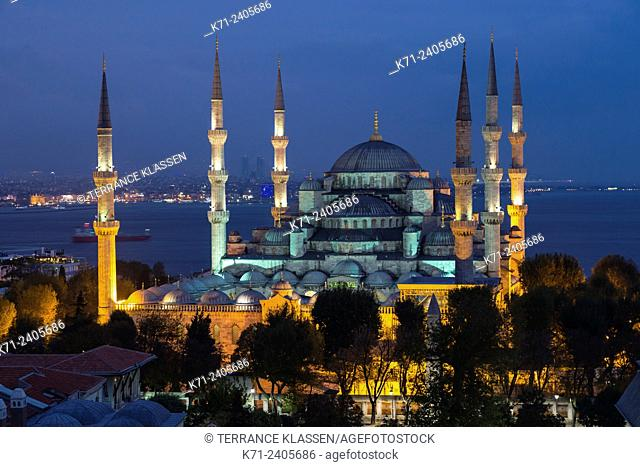The Blue Mosque illuminated at dusk in Sultanahmet, Istanbul, Turkey, Eurasia