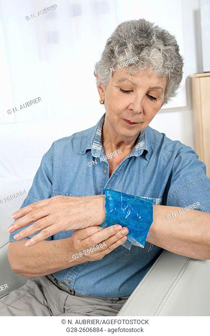 Hot or cold gel compress to relieve pain