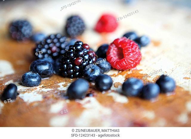 Blackberries, raspberries and blueberries (close-up)