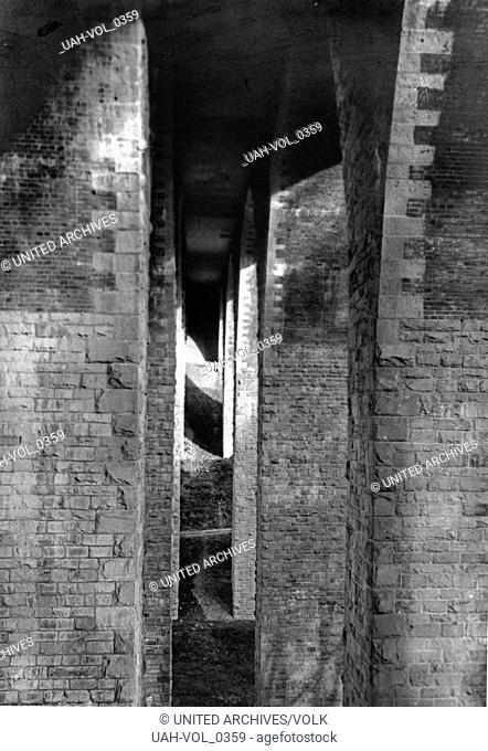 Unter der Autobahnbrücke Lambertsmühle bei Burscheid, Deutschland 1930er Jahre. Under the highway bridge at Lambertsmuehle near Burscheid, Germany 1930s