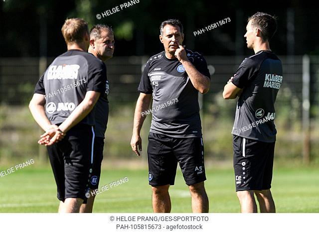 Coach Alois Schwartz (KSC) in conversation with the coaching team. goalkeeping coach Kai Rabe (KSC, left) co-coach Diwithros Moutas (KSC)