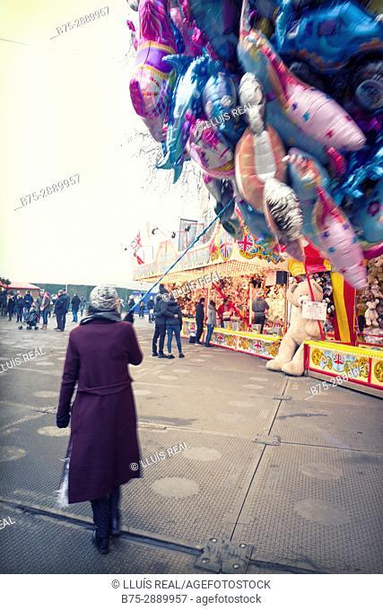 Woman selling balloons. Winter Wonderland, Hyde Park, London, UK, Europa