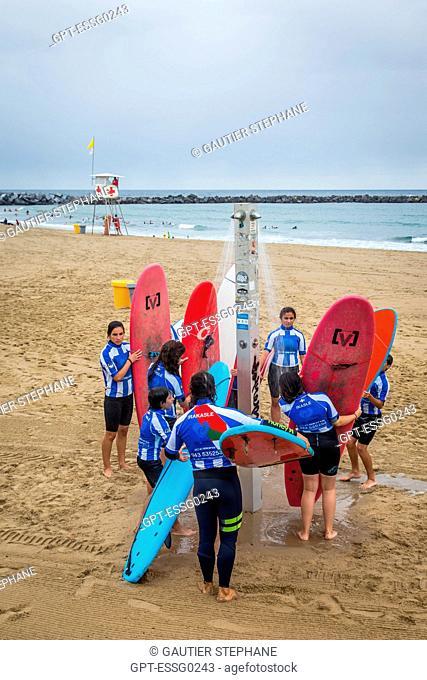 SURFING CLASS, ZURRIOLA BEACH, SAN SEBASTIAN, DONOSTIA, BASQUE COUNTRY, SPAIN