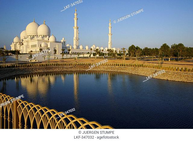 Sheikh Zayed Grand Mosque, Reflectin in the water, Abu Dhabi, United Arab Emirates, UAE