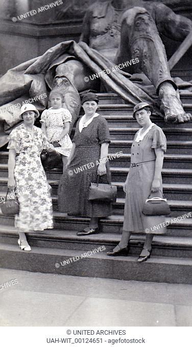 Frauen am Fuße einer allegorischen Statue des Kaiser-Wilhelm-Nationaldenkmals in Berlin., Sammlung Wittmann