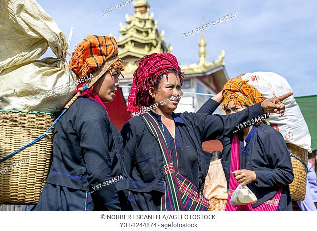Myanmar (ex Birmanie). Inle lake. Shan state. Market day in the village. Women of the PA-O ethnicity
