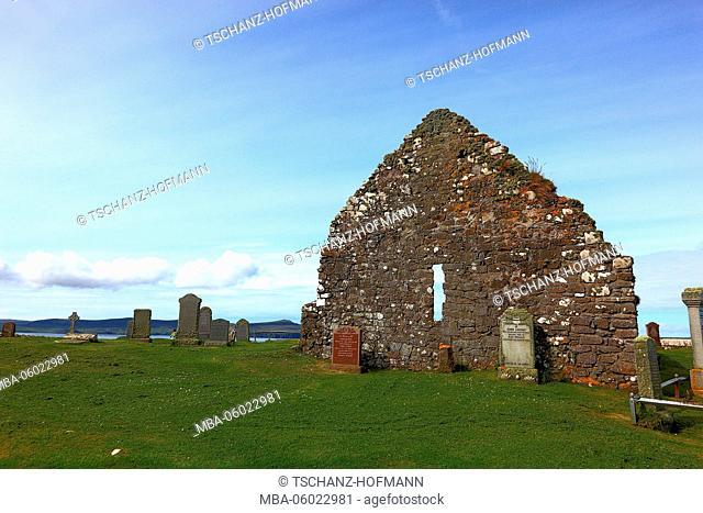Scotland, the Inner Hebrides, Isle of Skye, Waternish peninsula Trumpan Church and cemetery, medieval church ruins
