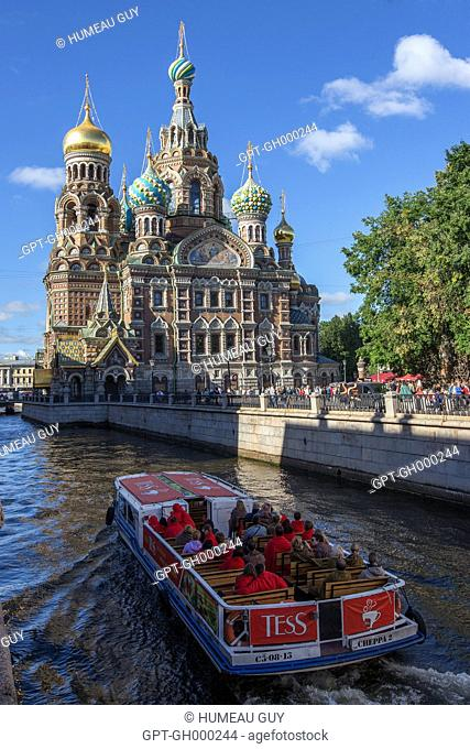 BOAT ON THE GRIBOEDOV CANAL, CHURCH OF THE SAVIOR ON SPILLED BLOOD, NEO-RUSSIAN STYLE, SAINT PETERSBURG, RUSSIA