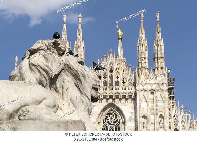 Löwenfigur vor dem Mailänder Dom, Piazza del Duomo, Mailand, Lombardei, Italien | lion statue and Milan Cathedral on Piazza del Duomo, Milan, Lombardy, Italy