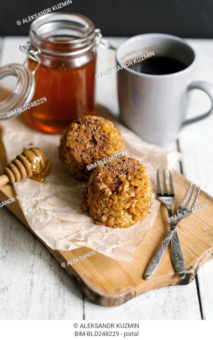 Dessert cakes with coffee and honey