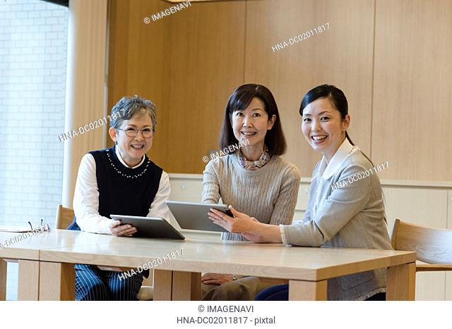 Digital tablet lessons for senior people