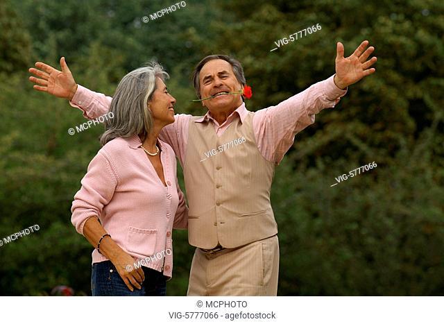 Ein aelterer Mann macht seiner Partnerin eine Liebeserklaerung, Hamburg 2006 - Hamburg, Germany, 11/09/2006