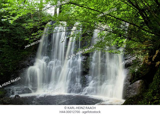 Nordirland, Wasserfall im Glengan Forest Park, County Antrim