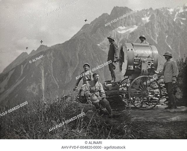 First World War: Group of soldiers photographed next to a projector in the high mountains, shot 1915-1918