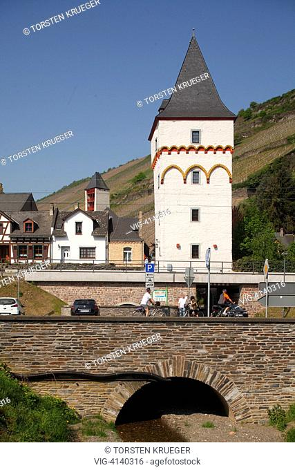 Bacharach : Stadtturm mit Bruecke und Altstadt