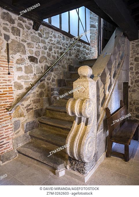 Antigua escalera de piedra. San Martín del Castañar. Sierra de Francia. Salamanca. Castilla León. España