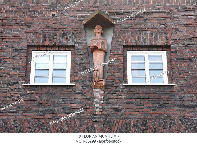 1926-1927 Architekt: Figge, Figur über einem Torbogen