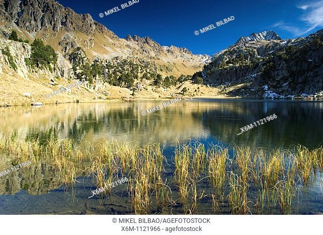 Cabidornats Lake and Gran Tuc de Sendrosa Mountain  Colomers glaciar cirque  Aran Valley  Pyrenees mountain range  Lerida province  Catalonia, Spain, Europe