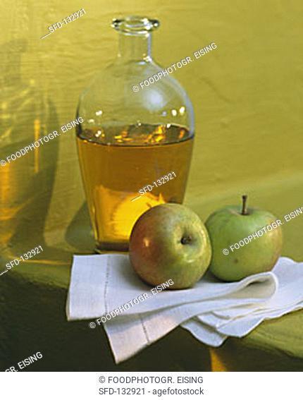 Carafe of cider vinegar, decoration: two fresh apples (3)
