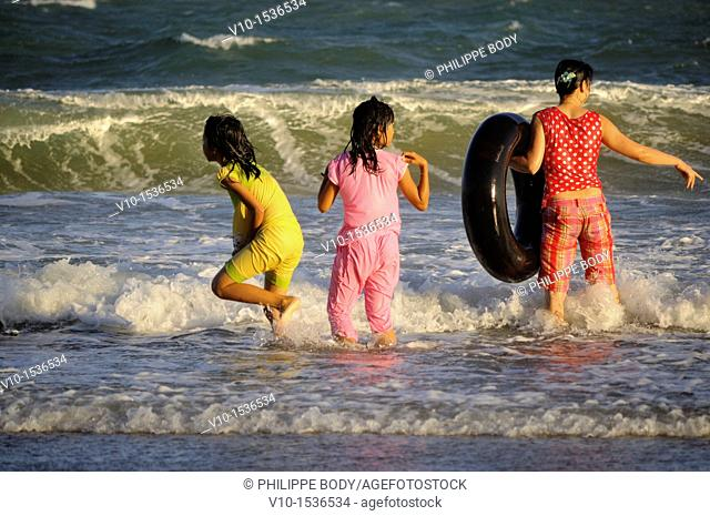Vietnam, Phan Thiet, people bathing on the beach