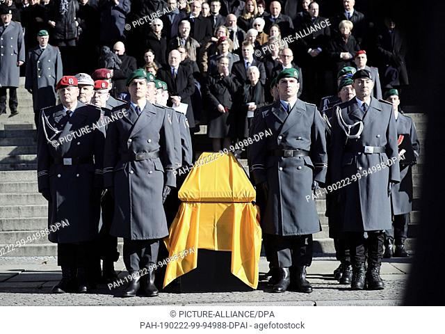 22 February 2019, Berlin: The coffin of the deceased former Minister of the Interior of Brandenburg, Jörg Schönbohm, stands in front of the Berlin Cathedral...
