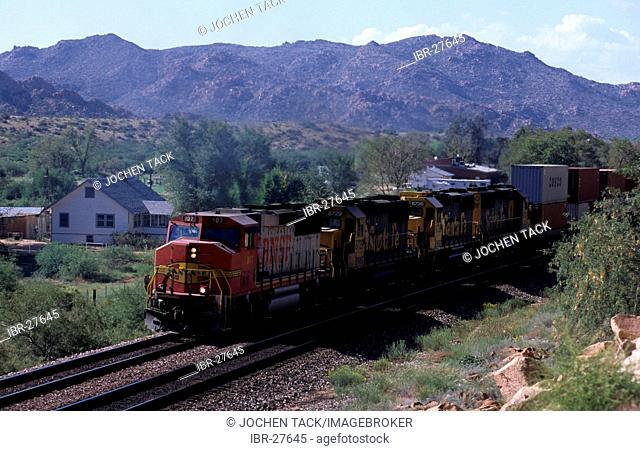 USA, United States of America, Arizona: Santa Fe Freight train, with 4 lokomotives
