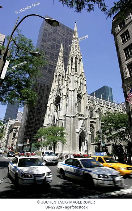 USA, United States of America, New York City: Midtown Manhattan, 5th Avenue. St. Patricks Cathedral
