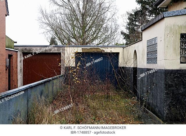 Overgrown driveway, empty single-family home, Gellep-Stratum district, Krefeld, Lower Rhine region, North Rhine-Westphalia, Germany, Europe