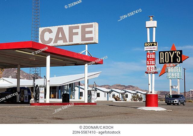 80iger Jahre Tankstelle in der Wueste Kaliforniens, USA 2013