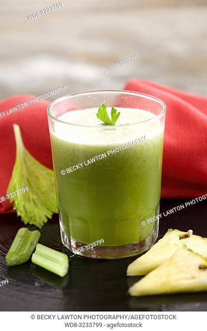 zumo de apio, pina y perejil. / celery, pineapple and parsley juice