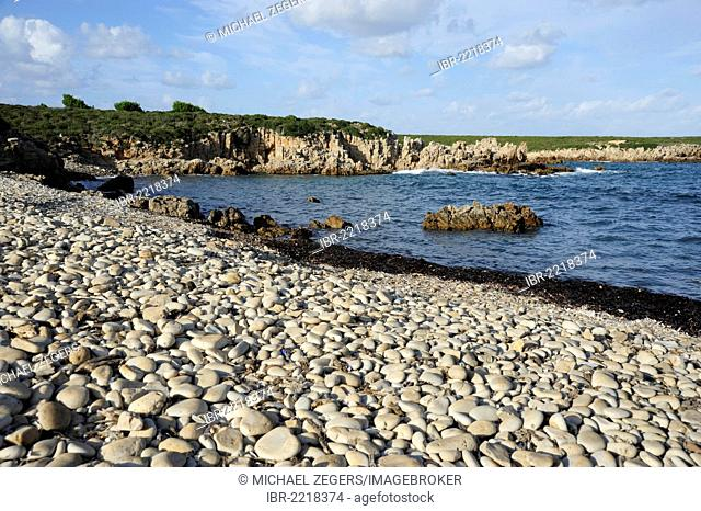 Pebble beach at Cala Pudent, bay with cliffy coast, Arenal de Son Saura, Minorca, Menorca, Balearic Islands, Mediterranean Sea, Spain, Europe