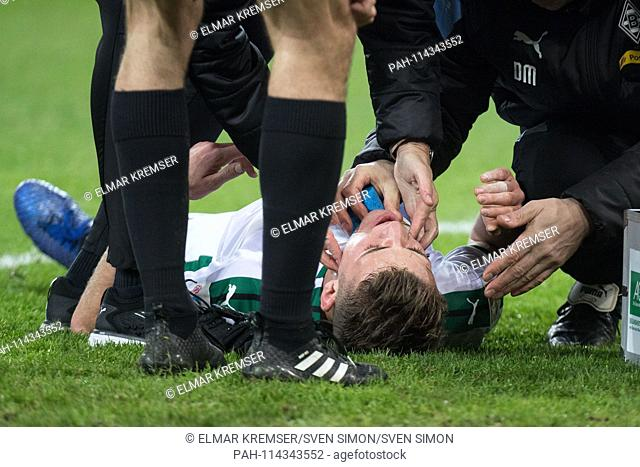Louis Jordan BEYER (MG) is in pain on the pitch, lying, injured, injury, treatment, treated, football 1. Bundesliga, 16.matchday