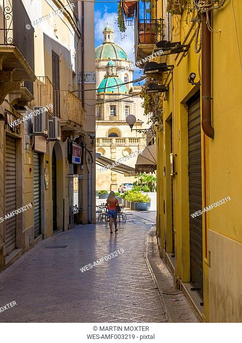 Italy, Sicily, Province of Trapani, Mazara del Vallo, Lane, View to Piazza della Repubblica and Cathedral del Santissimo Salvatore