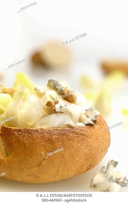 Bread rolls au gratin with endives, blue cheese and nuts